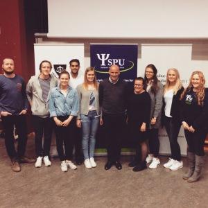 Arrangørene samlet med Geir Lippestad etter foredraget - fra venstre: Kulsam, Jussforeningen og SPU.